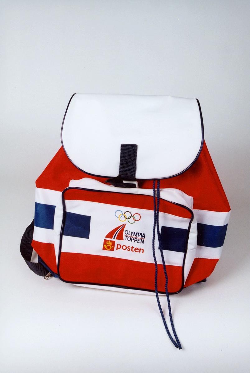 Postmuseet, gjenstander, ryggsekk i norske nasjonalfarger med OL-ringer, Olympiatoppen og Postens logo.