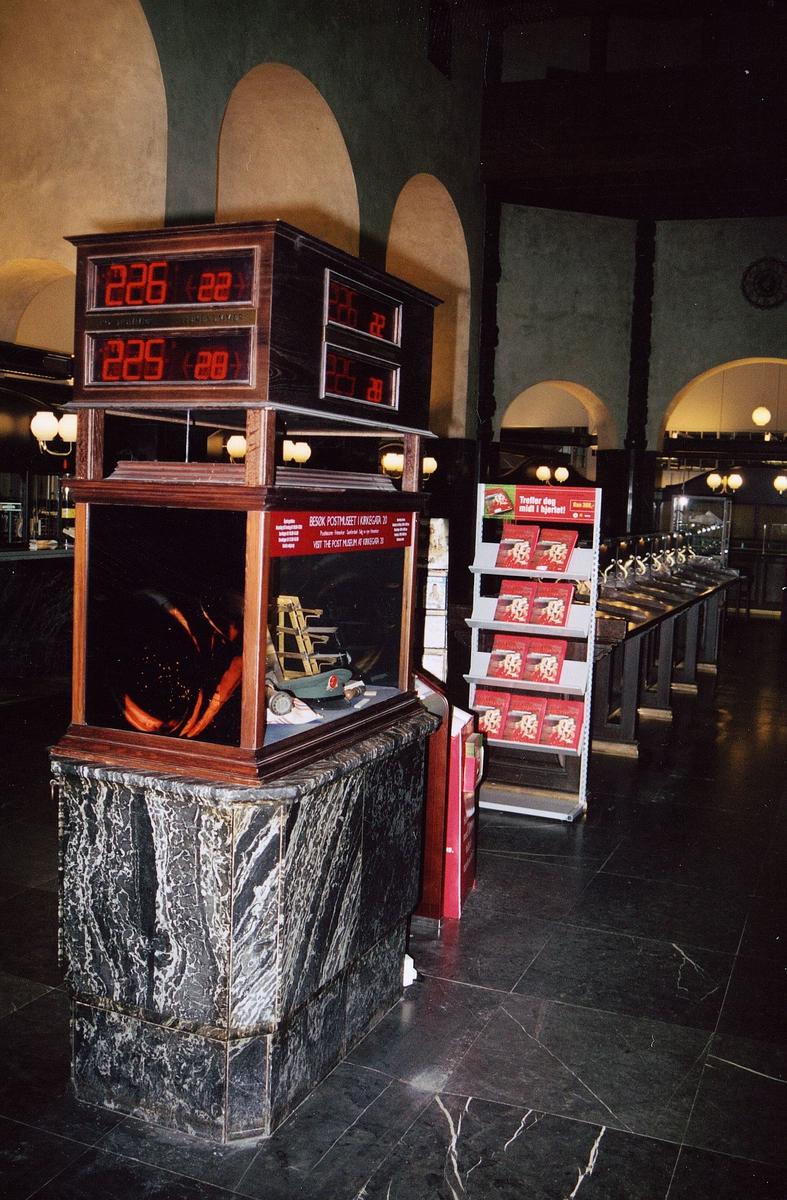 postmuseet, gjenstander, utstilling, Oslo Sentrum postsenter, Oslo Sentrum postkontor, monter, vekt, postlue, kønummersystem oppå monter, stativ, skrivebord