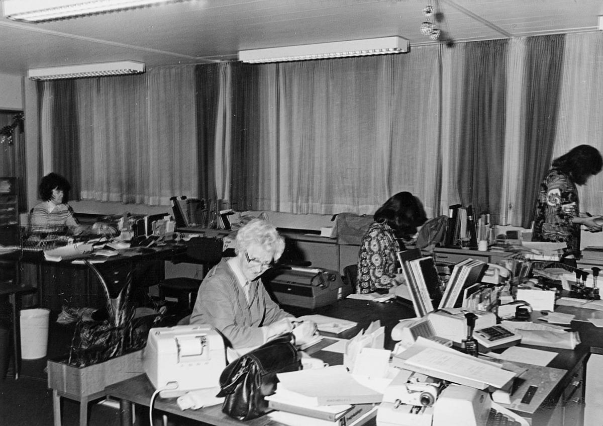 postsparebanken, Akersgata 68, Oslo, 25-års jubileum, 1975, interiør, 4 damer
