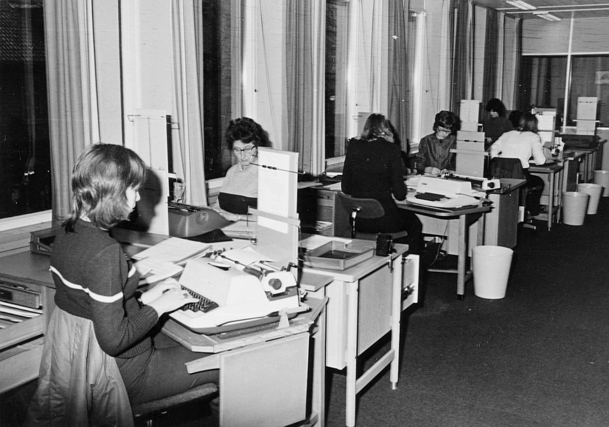 postsparebanken, Akersgata 68, Oslo, 25-års jubileum, 1975, interiør, 6 damer, skrivemaskin