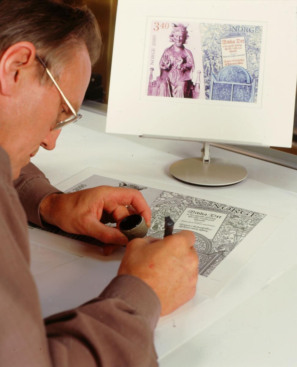 postmuseet, frimerker, utstilling, frimerkeproduksjon, frimerkekunstneren i arbeid, arbeidstegning i tusj, Sverre Morken ved arbeidsbordet, NK 1363