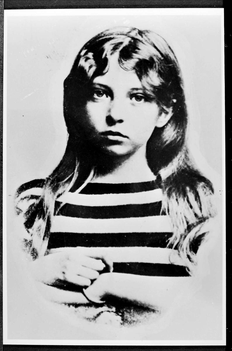 Jente, stripete genser, portrett