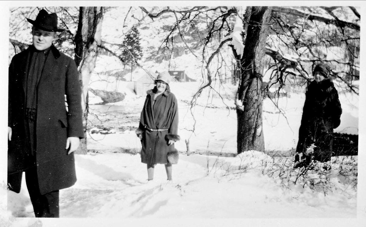 To kvinner, mann, snø