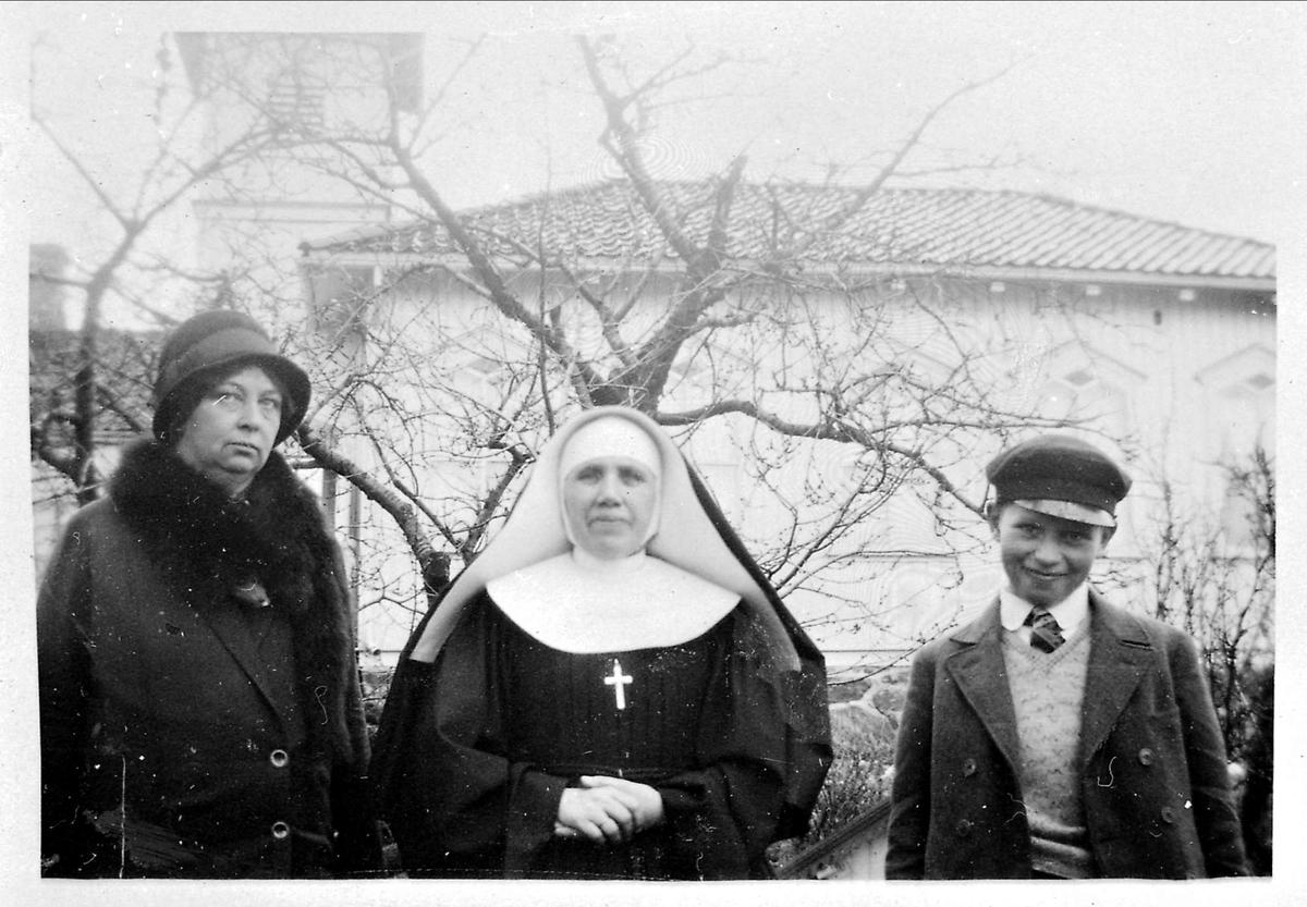 Nonne, kvinne, gutt