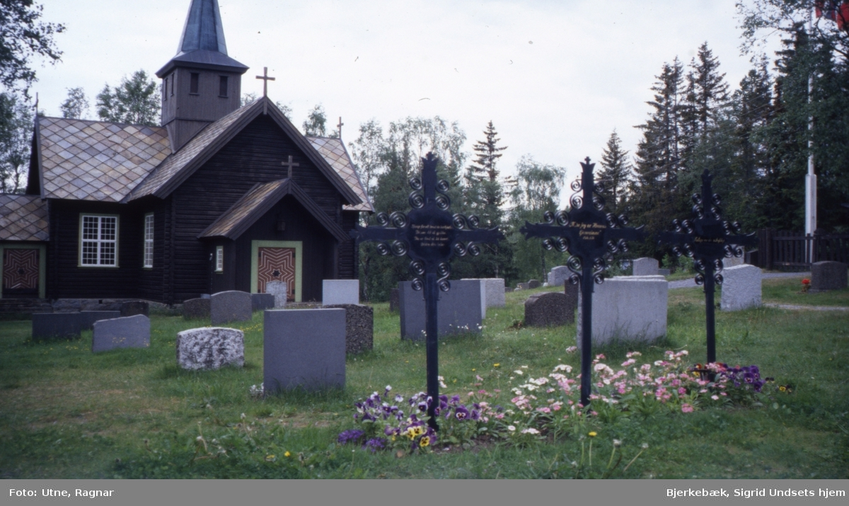 DOK:1995, Mesnali kirke, kors, gravsted,
