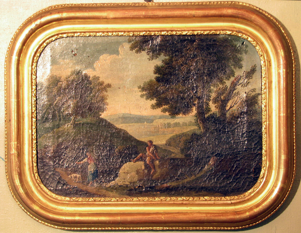 Rektangulær ramme: avrundede hjørner, profilert, plastisk dekor, Landskap med figurer i forgrunnen; mann, kvinne og hund,  løvtrær, kupert terreng, åser og himmel