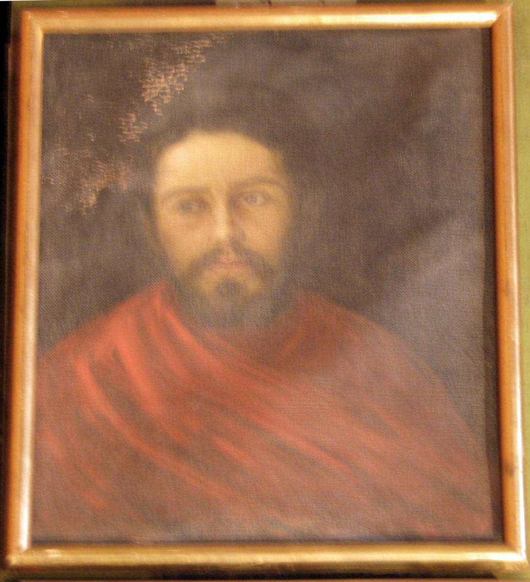 Rektangulært. Mannsportrett; brystbilde, ansikt frontalt, mørkt hår og skjegg; rødt draperi over brystet; mørk bakgr.