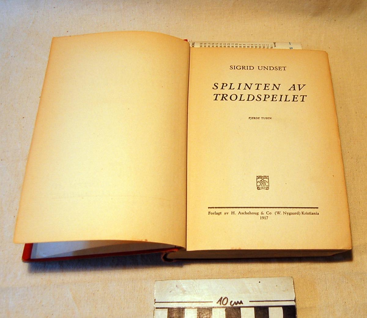 På forsiden en myk bølgende ramme rundt bokens tittel
