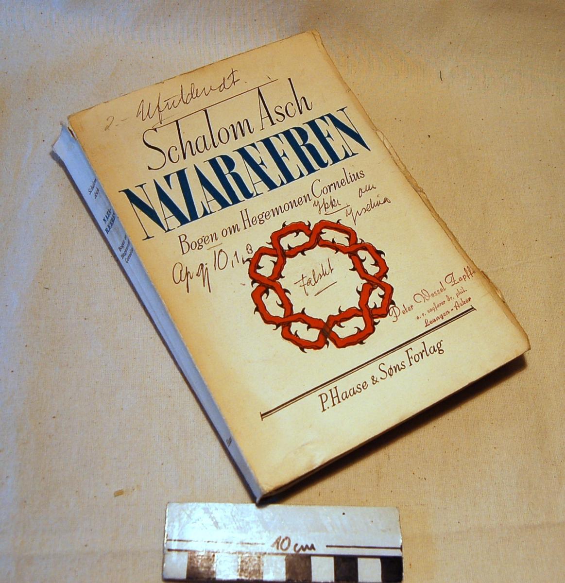 På bokens forside et motiv med tornekrans