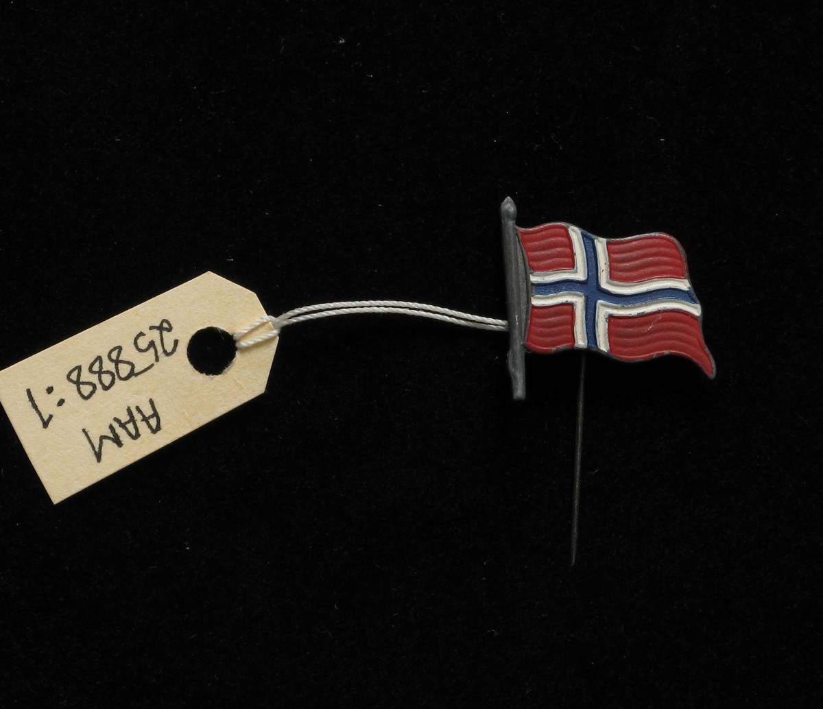 Norsk flagg, vaiende i vinden.