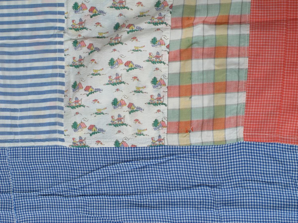 Dynetrekk sydd av mange ulike typer tøy rester som var tilgjengelig for giver og hennes svigermor i 1945:  1.Smårutet blått -hvitt er kjole etter Babben. Stoffet har hun vevet selv.  S2.tripet blått-hvit er rest etter skjjorte til Sofus. 3.Rød og hvit smårutet er en håndarbeidsposte til Karin Eugenie m korstingsbroderi  4.Blomstret roødt-hvitt etter Asborg.  5.Litt store ruter er gardin etter mamma. 6.Barnemotivstoffet er etter dynetrekk til barnevognen til Karin E. og Tøtte.