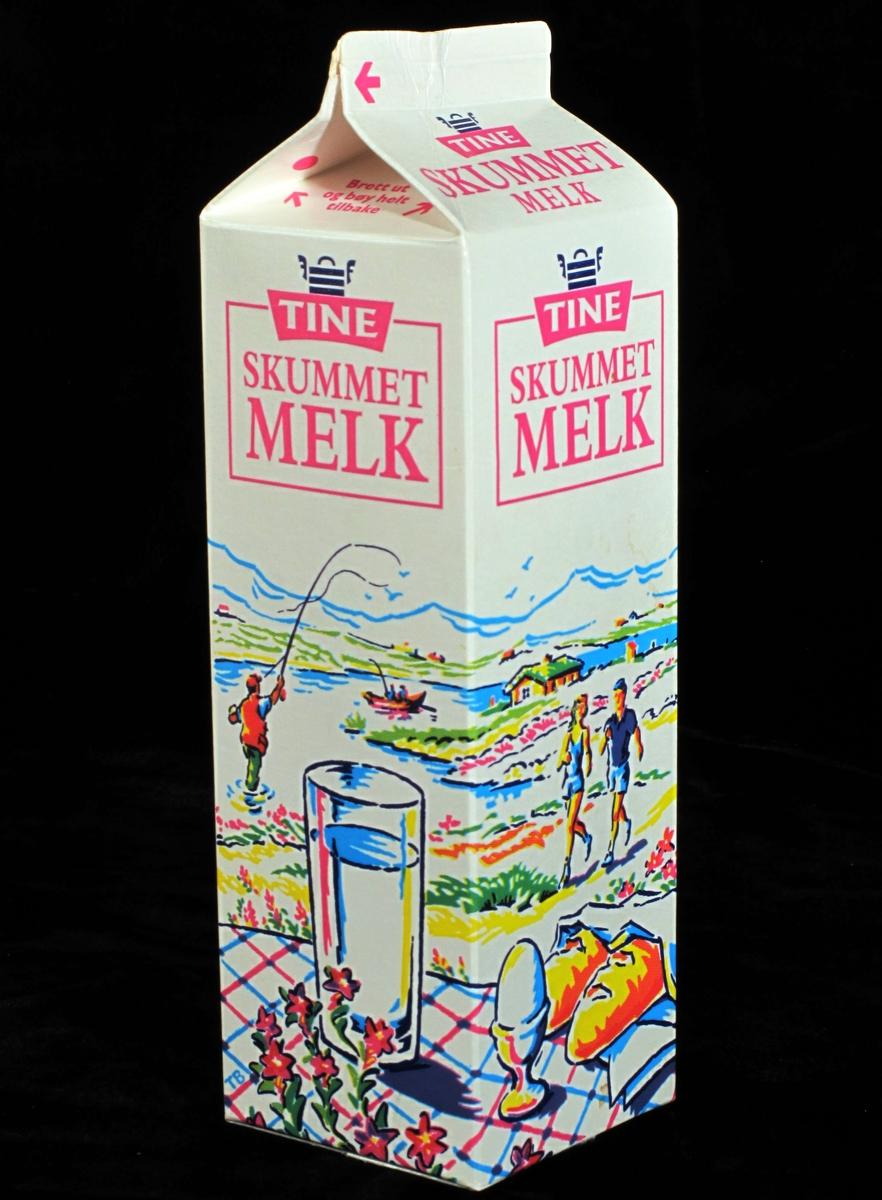 Sommeropplevelse: Dekket bord i naturen. Melk, egg og brød på bordet. Sommerlandskap med sjø og fjell  i bakgrunnen, et ungt par jogger, en mann kaster med fluestang, en gutt og ei jente med sykkel th i bildet.