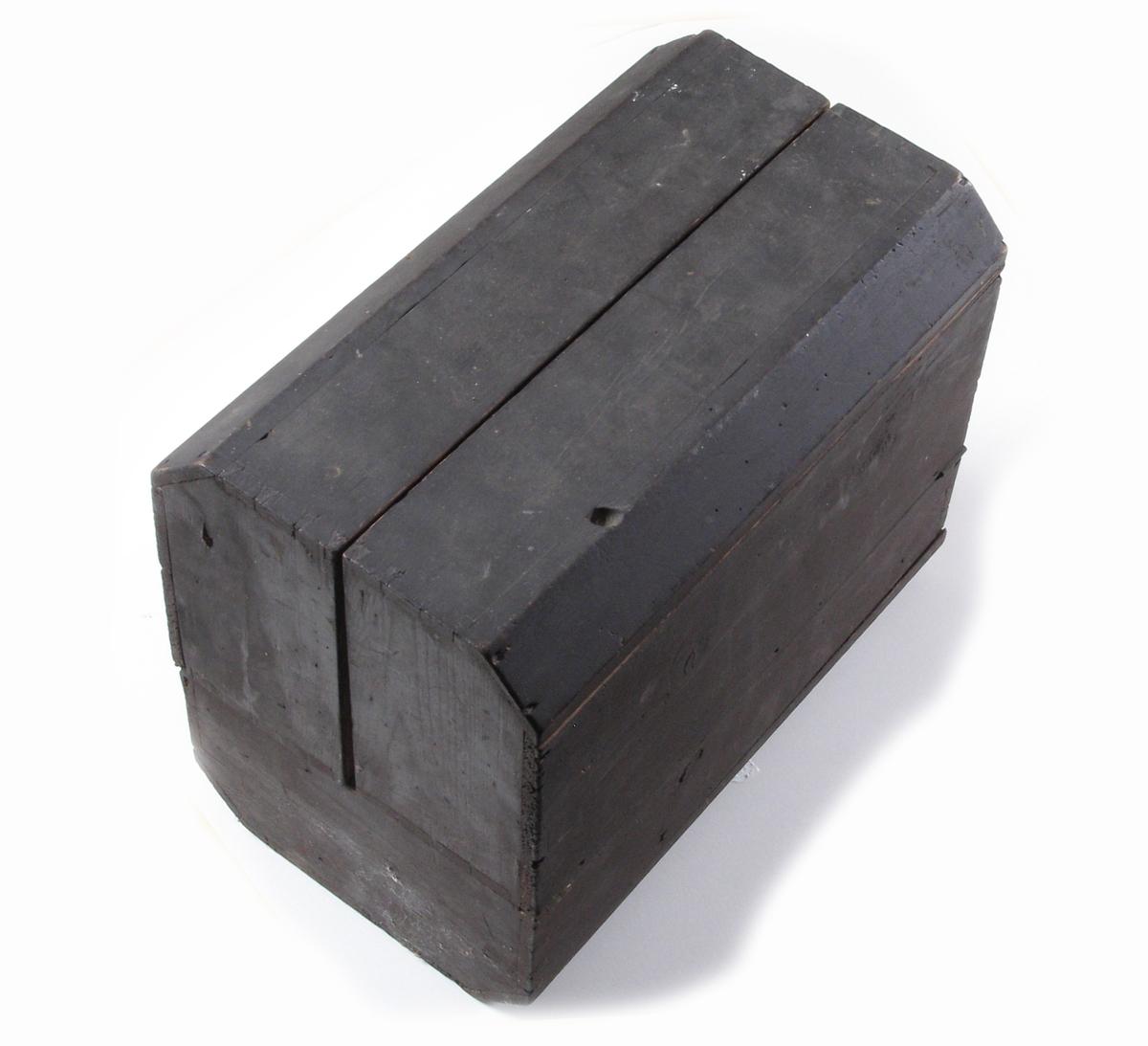 """a) Rektangulær trekasse.  Avfaset oppe og nede slik at kortsiden blir 8-kantet (avskårne """"hjørner"""").  Kassen har hengslede sider med halvt lokk, som starter ca. 1/3 fra bunnen, slik at sidene kan slås utover.  Utslått hviler de på de avskårne """"hjørnene"""".  Sidene utgjør dermed to kasser, den ene med halvt lokk over, slik at kassen får tre rom.  Brunmalt.  b) Hælbeslag av jern.  To hull på hver side for feste under skoen, to på hver side for feste utenpå sålen og ett hull for feste utenpå sålen midt bak.  Merket PAT.Nr. 48686  c) Hælbeslag av jern.  To hull på hver side for feste under skoen, to på hver side for feste utenpå sålen og ett hull for feste utenpå sålen midt bak.  Merket PAT.Nr. 486??  d) Papirpose med Gummi-sålebesparere.  Merket ALBI.  """"Spesielt utmerket som besparere for tresåler - gir stor slitestyrke og behagelig gang.  Passer også for lærsåler.  Denne pakke inneholder sålebesparere og stifter for 1 par såler.  ALBI forlenger sålens levetid  Pris kr. 1,00""""  Bilde av hvordan 8 nyreformede sålebesparere skal festes.  Posen inneholder 16 sålebesparere (ubrukte), liten pose med 41 stifter, og en liten rund metallgjenstand som trolig ikke hører til.  Ytterposen er slitt, frynsete og krøllete.  e) Lest av tre.  Overdel til høyresko.  Hull i enden for oppheng og hull i siden (ikke helt gjennom).  Merket C 6 1/4.  Tilhører lesten h)   f) Lest av tre.  Overdel til venstresko.  Hull i enden for oppheng og hull i siden (ikke helt gjennom)  Merket C 6 1/4  Tilhører lesten g)  g) Lest av tre.  Venstre bein.  Mannssko.  Hull i en ende med hampetau igjennom.  h) Lest av tre.  Høyre bein.  Mannsko  Hull i en ende med hampetau igjennom.  i) Lest av tre.  Høyre bein.  Kvinnesko eller barnesko.  Over- og underdel er skrudd sammen.  j) Lest av tre.  Venstre bein.  Kvinnesko eller barnesko.  Over- og underdel er skrudd sammen.  k) Pussholt. Brukes til å polere kantene på lær, typisk skosåler. Hovedformen er rektangulær, men med avfasede hjørner slik at den blir god å grip"""