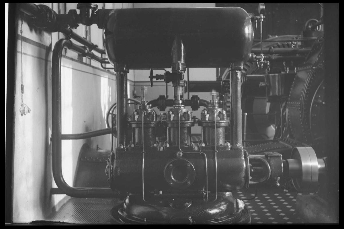 Arendal Fossekompani i begynnelsen av 1900-tallet CD merket 0469, Bilde: 36 Sted: Bøylefoss Beskrivelse: Salen med de gamle tyske turbinene, oljepumpe