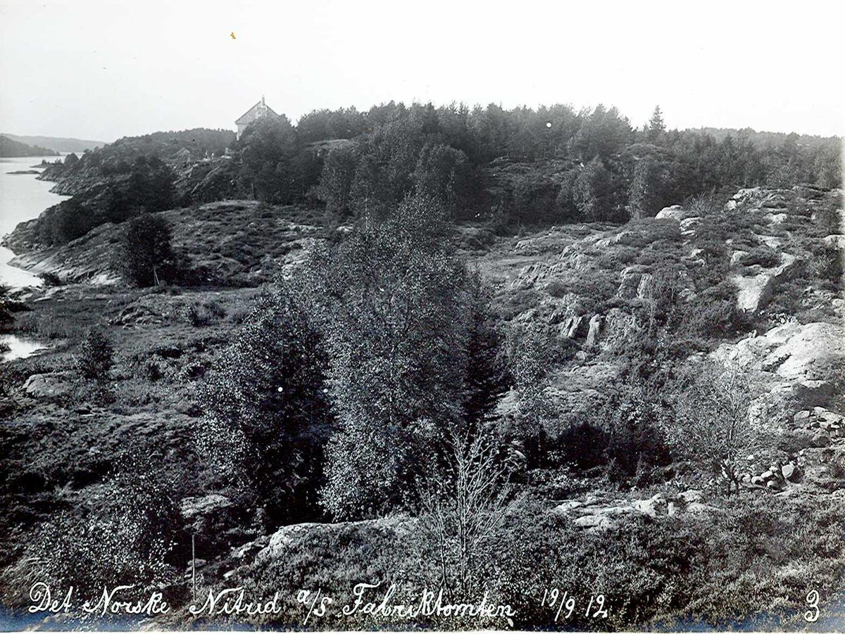 """""""18/09-1912"""" Nitriden. Fabrikktomten. Smelteverkets første direktør bolig sees i bakgrunnen. Til venstre Tromøysund og Tromøy. Kupert terreng ingen hindring, selv den gang!"""