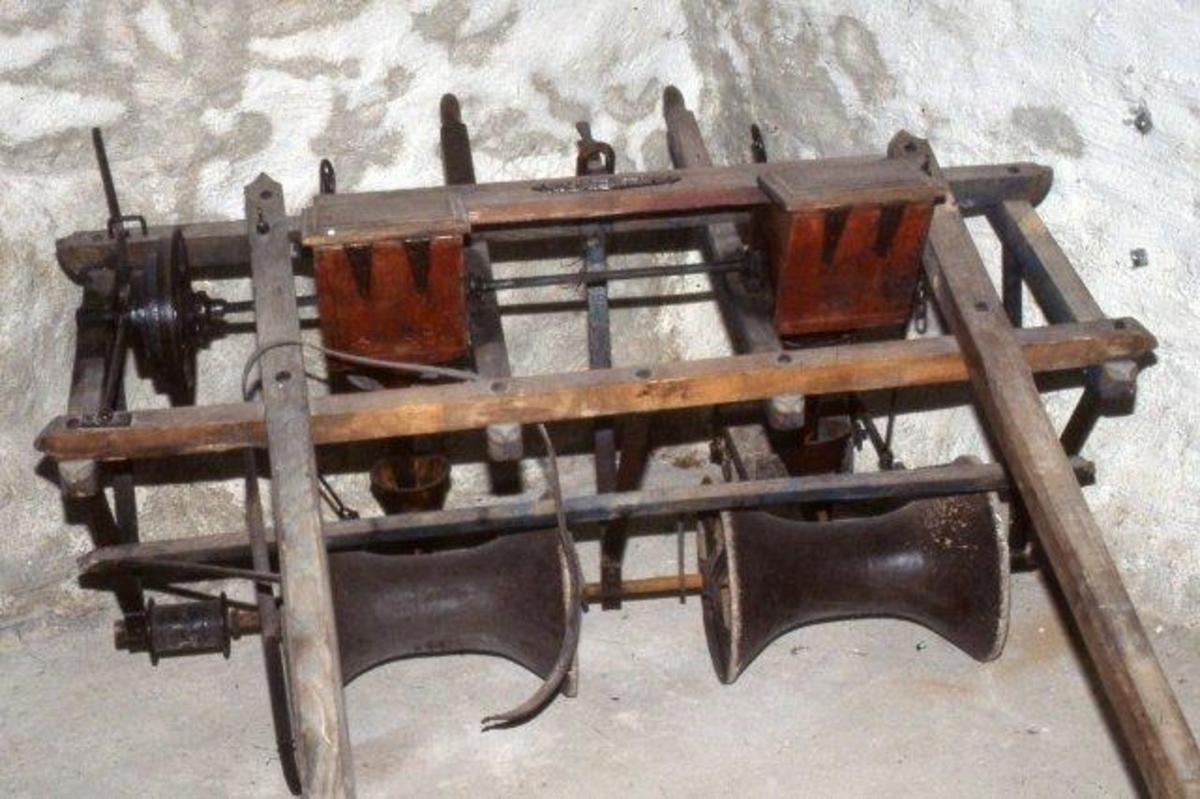 Ramme med 3 par jern ned til aksling med konkave ruller. To frøkasser med skråtak.