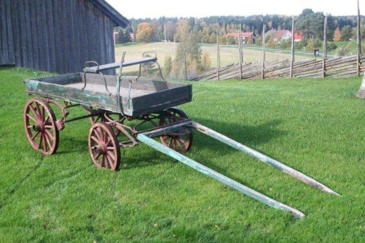 Lett firehjuls vogn med lav vognkasse. Fire ellipsefjærer. Dreieskive mellom vognkasse og fremre hjulgang. Fremhjulene kan svinge inn under vognkassen. Kuskesete av fire bord med not og fjær. Montert på buede jern som hviler på sidekarmene. Setet kan forskyves i lengderetningen eller tas av om nødvendig. Ett stigtrinn på venstre side. Bremsekloss ved hvert av bakhjulene. Betjenes med en spak som er festet på sidekarmen til høyre for kuskesetet. Drag for én hest.
