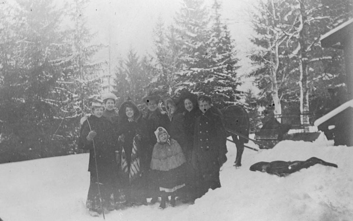 Vinterbilde med ungdommer i parken til Waldemarhøy