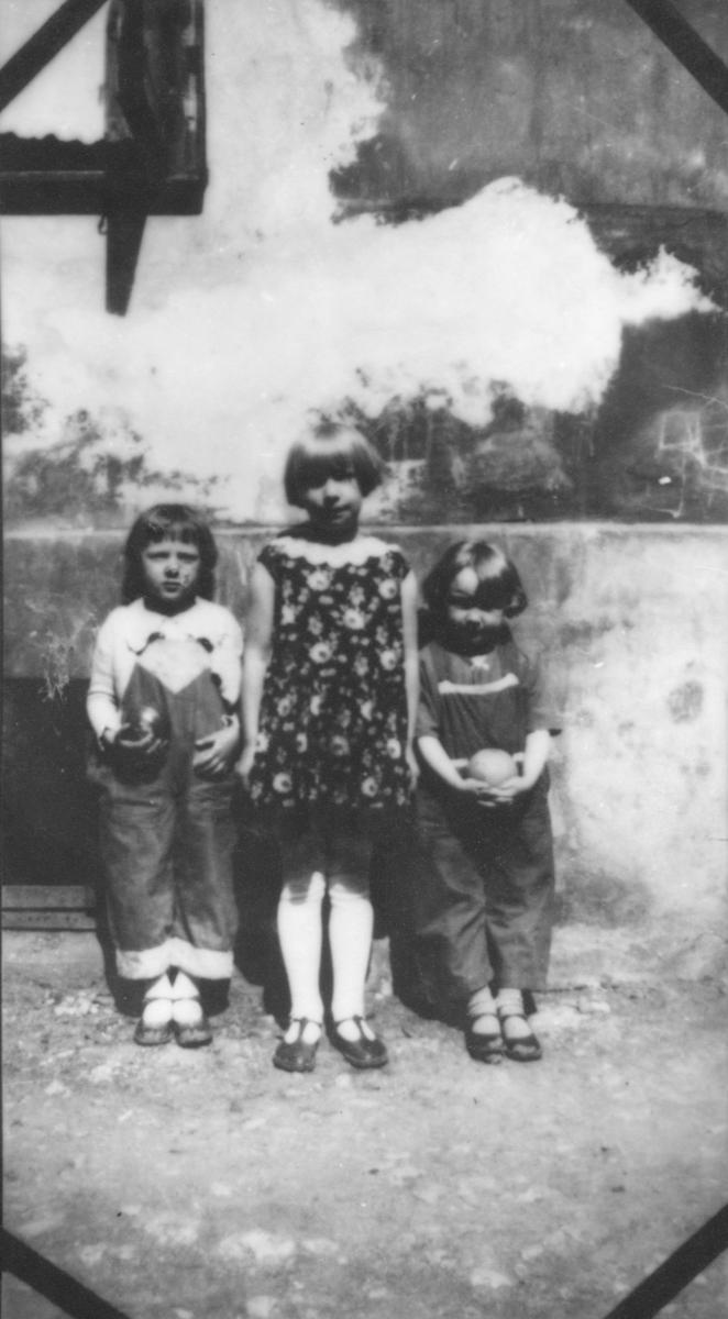 Lekende barn i bakgård.