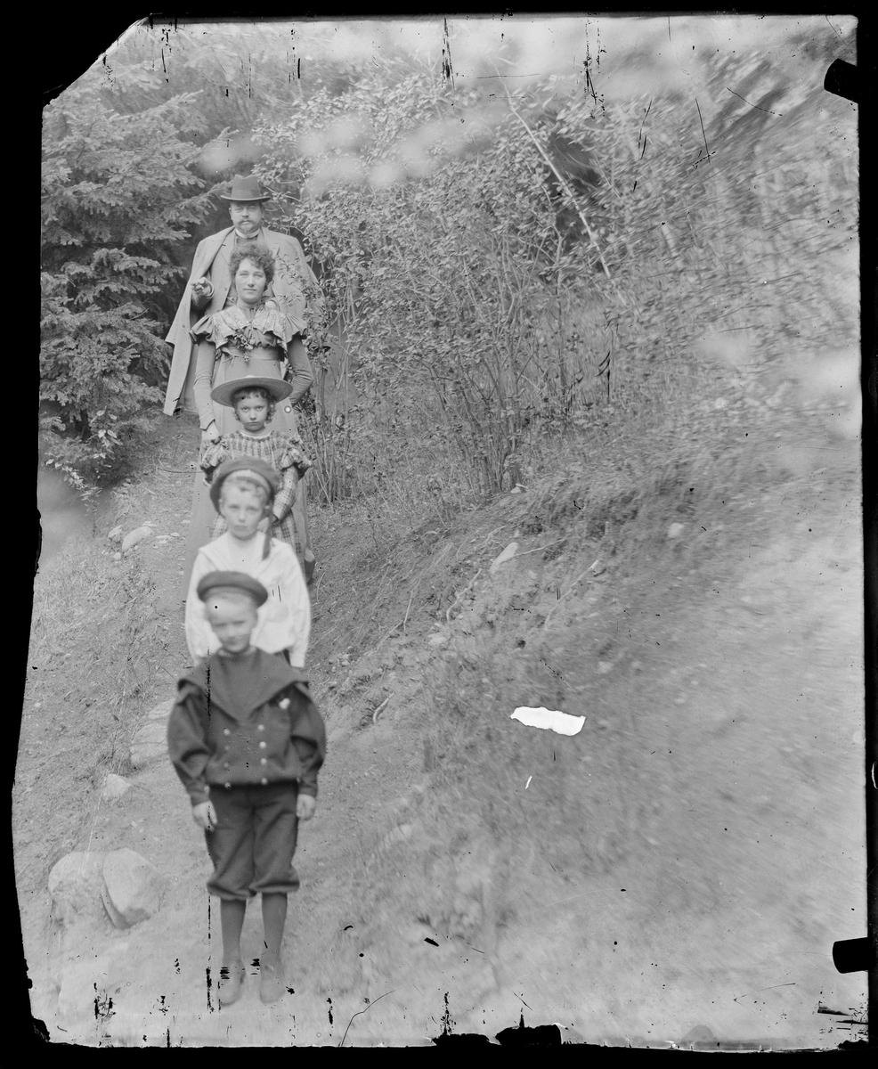 En familie blir avfotografert når de står på geledd.(på rad)
