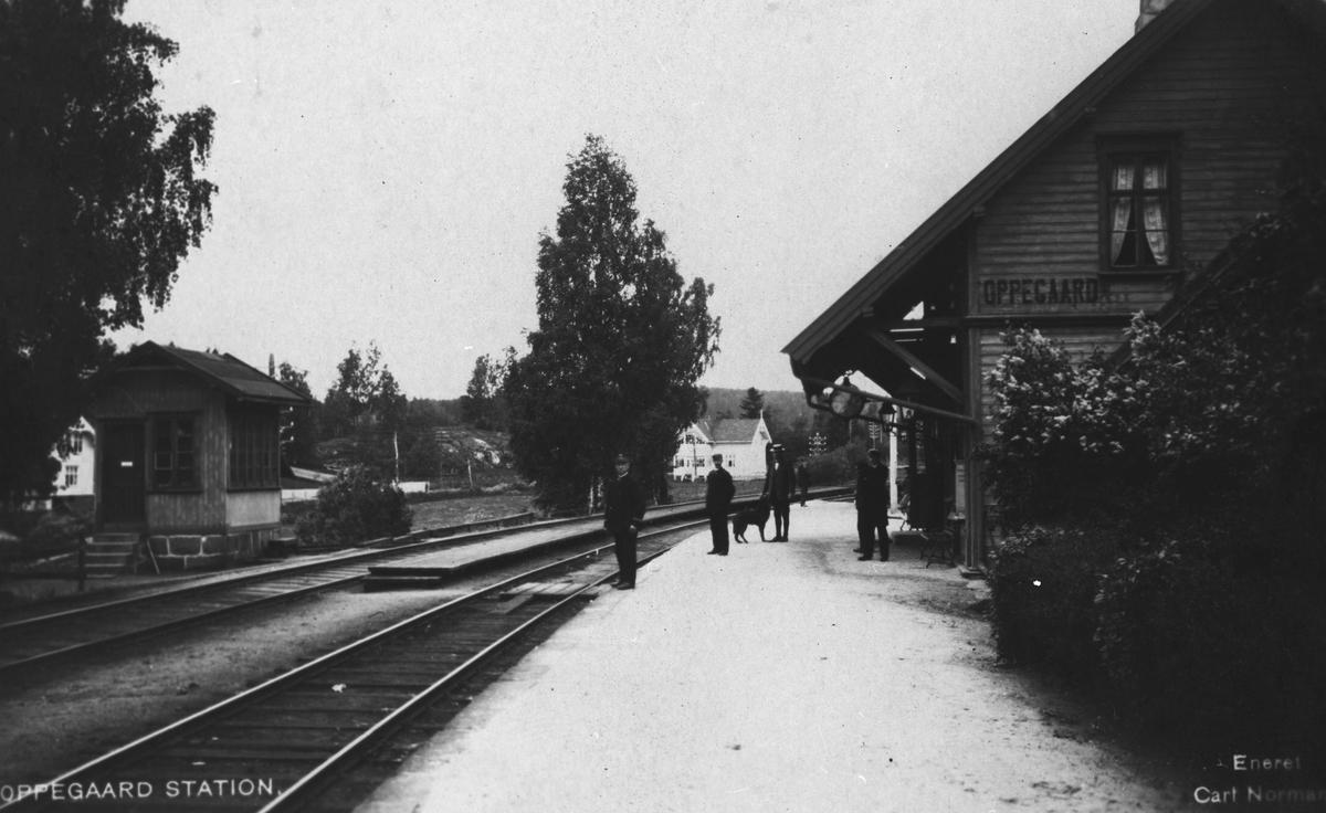 Oppegård jernbanestasjon med stilverkhuset til venstre i bildet