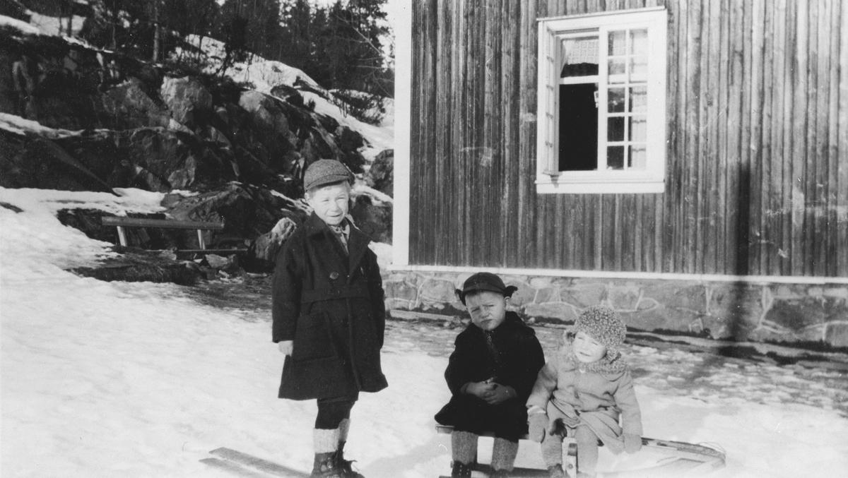 """Tre barn med kjelke på """"Asplund"""""""