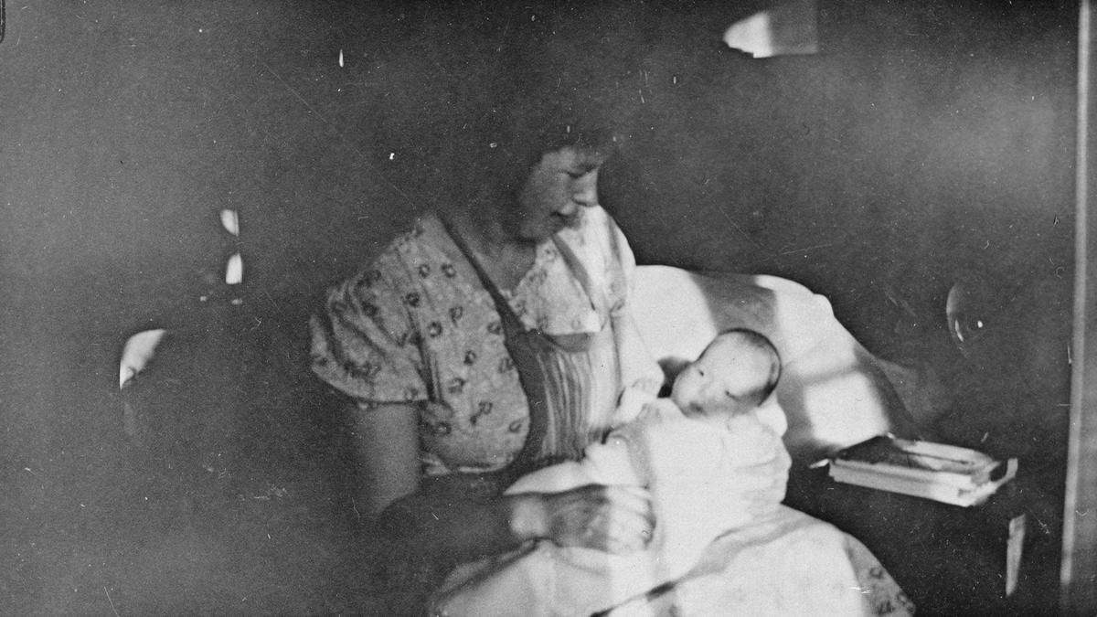 Ingrid Gjørvad, f. Baarlid, med sitt første barn på fanget.