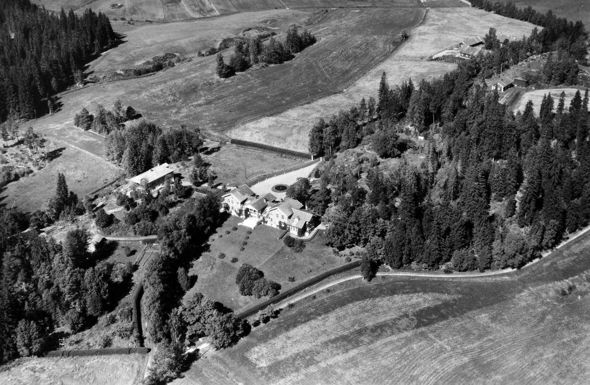Flyfoto av hovedbygningen på Losby bruk.