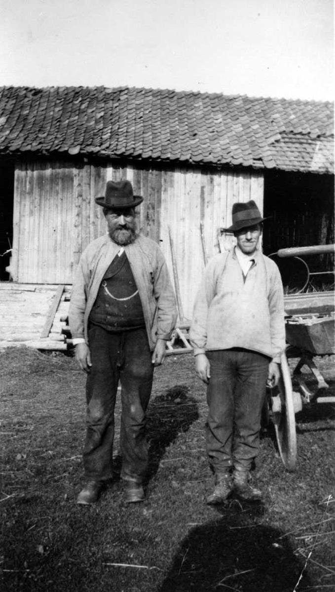 Far og sønn. Anton Andersen med og sønnen Johannes. Uranienborg, Ullensaker.