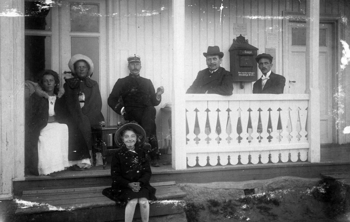 Gruppe sittende på verandaen på Gardermoen Postkontor