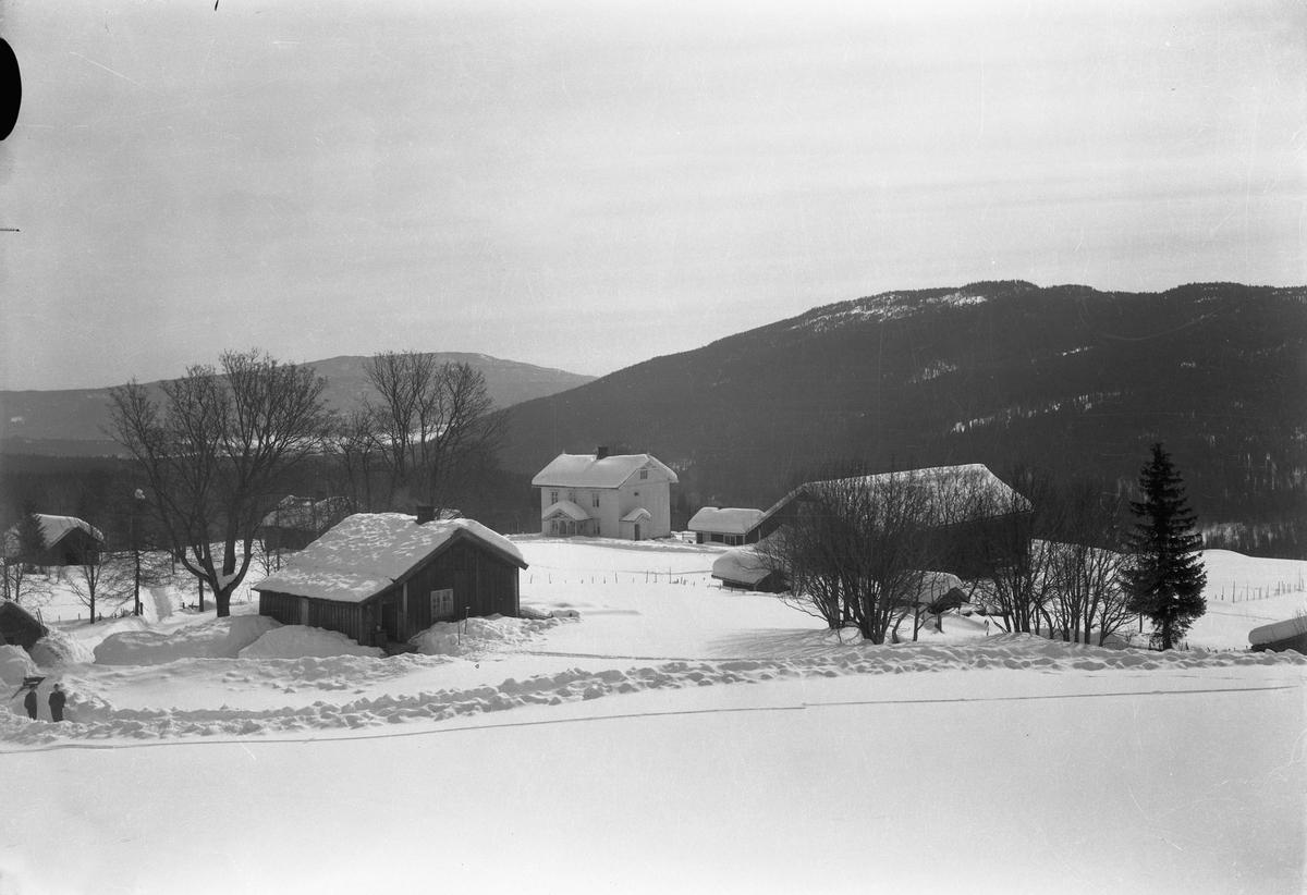 Gårdsbruk i vinterlandskap.