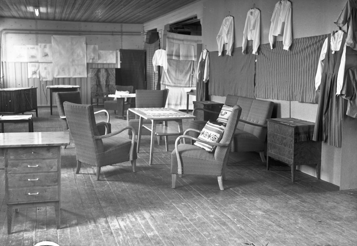 Utstilling av møbler og klær.