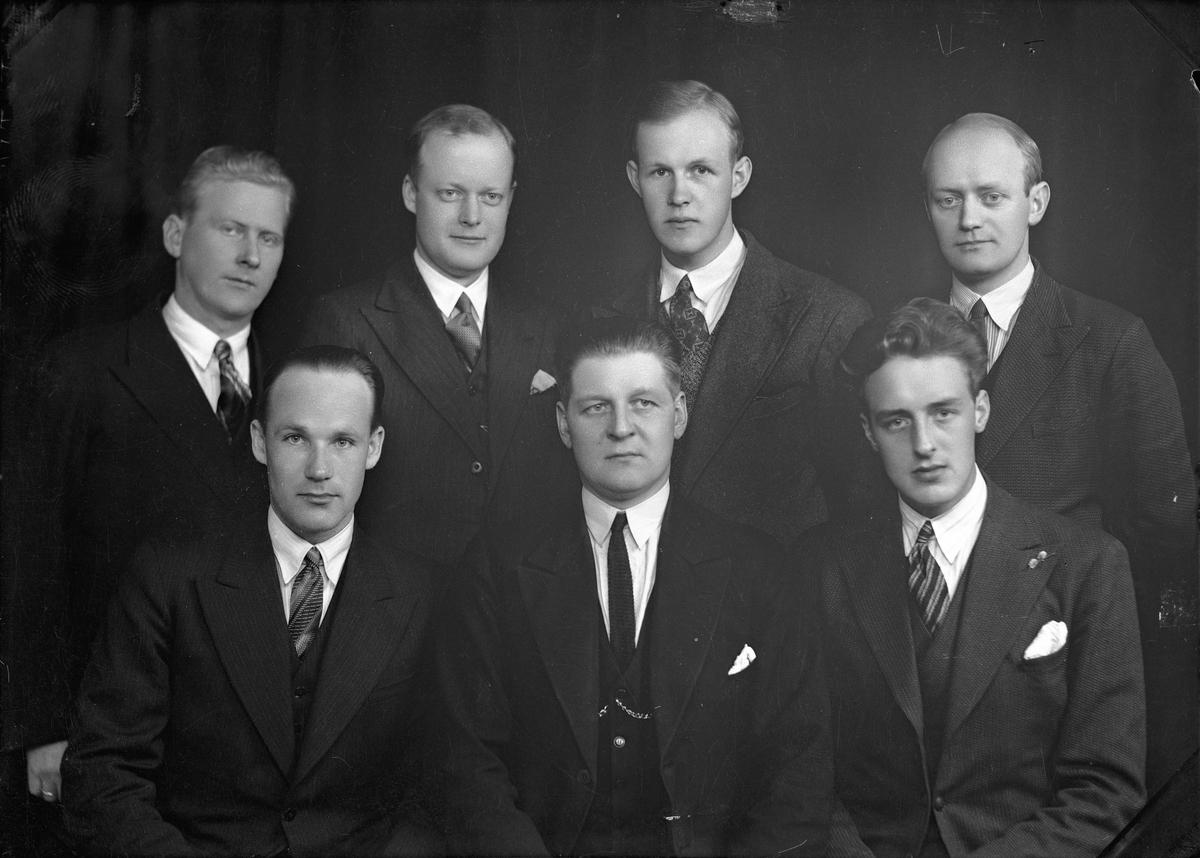 Styret i Eidsvoll Turn i 1935. 1. rekke fra venstre: Birger Askheim (kasserer), Karl G Kinn (formann) og Alf Røvang (sekretær). Rekke bak: Louis Sletta (skigruppa), Kjell Høyer, Olaf Karlsen (friidrettsgruppa), tannlege Sverre Njå (Fotballgruppa).