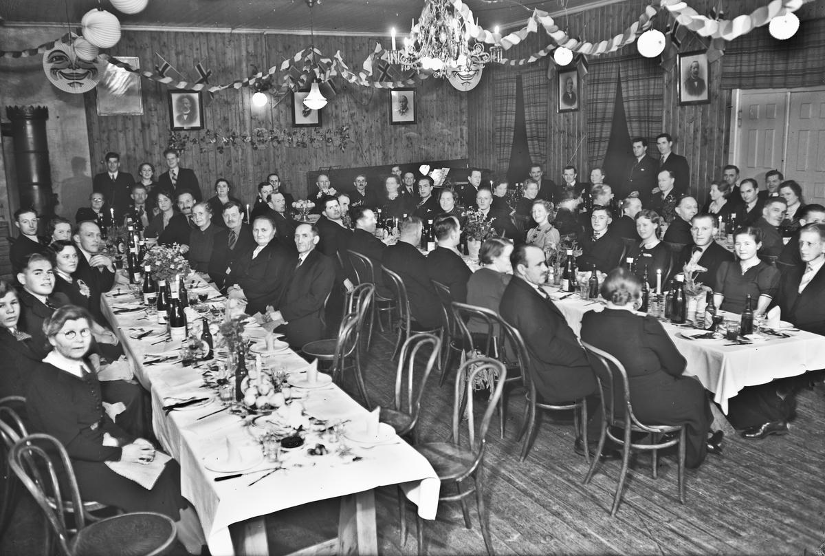 Festmiddag i Kommunestyresalen. Gunda Enge og Martin Johansen helt bak. Alf Røvang på bildet. Før krigen. I Eidsvoll Bad.