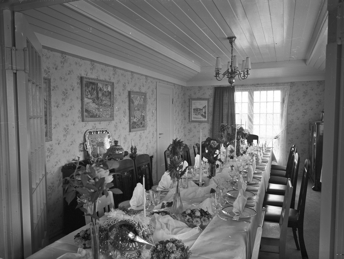 Stue med dekket spisebord.
