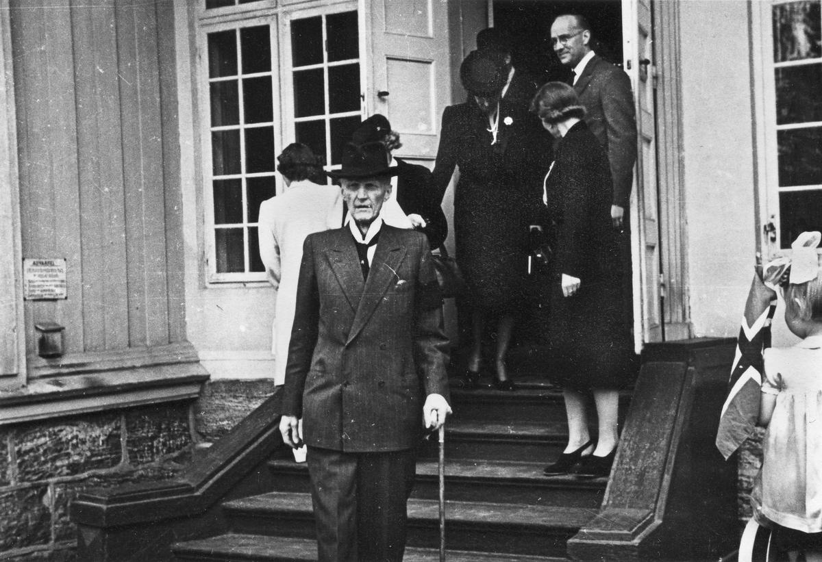 Kongelig besøk ved Eidsvollbygningen etter krigen. De kongelige var på flere besøk i årene etter krigen.