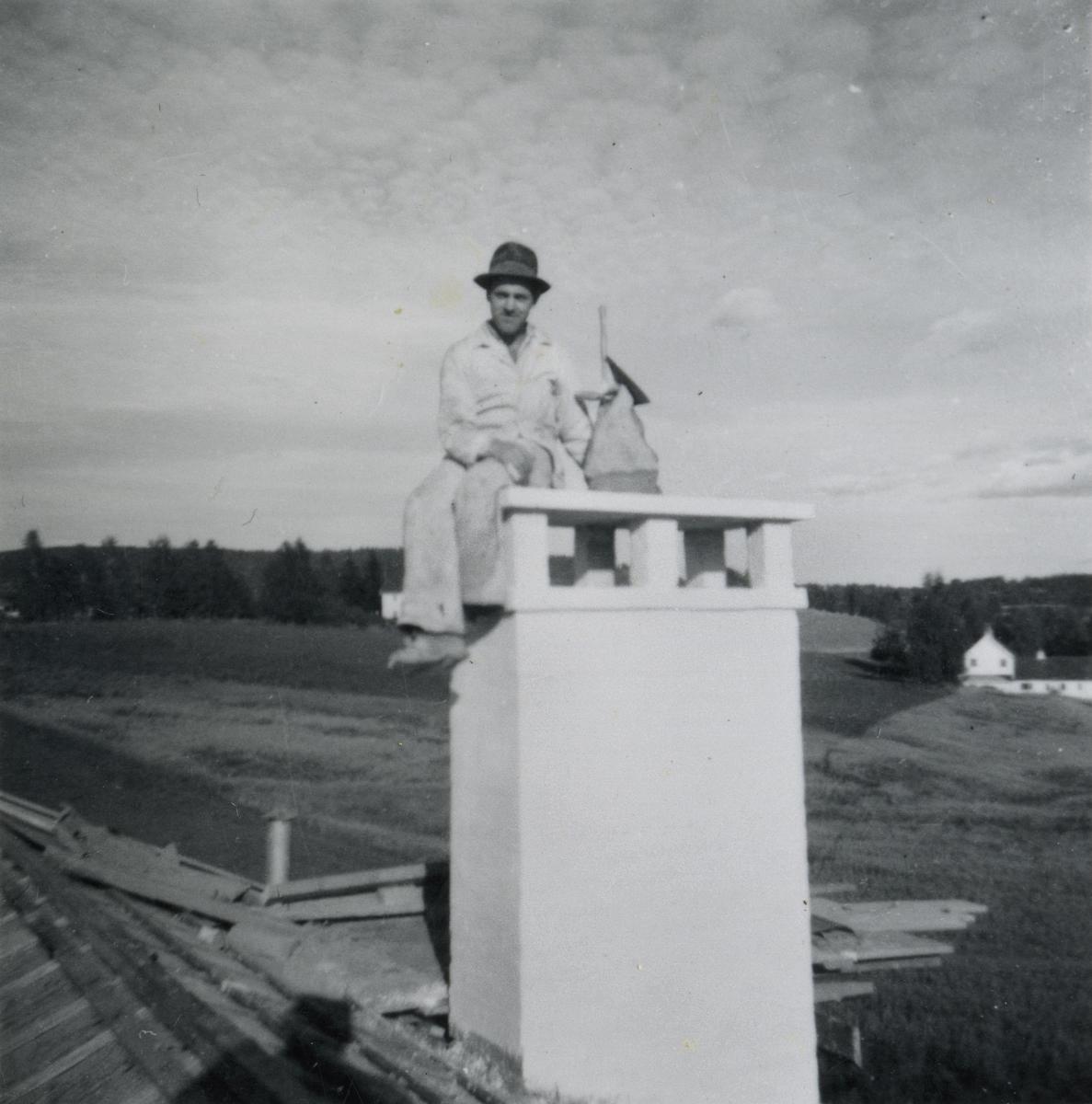 Husbygging i Sundet tidlig på 1950-tallet. Georg Hansen på bildene.