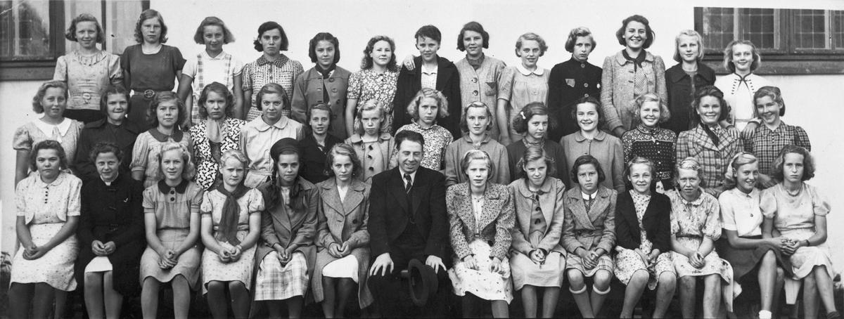 Konfirmanter 1939. Eidsvoll kirke. Hans Ihlen Nistad. Han var pastor ved Råholt Kirke. Nr. 3 til høyre for presten er Inger Marie Myhrer, senere gift med bokhandler Halvorsen i Sundet.