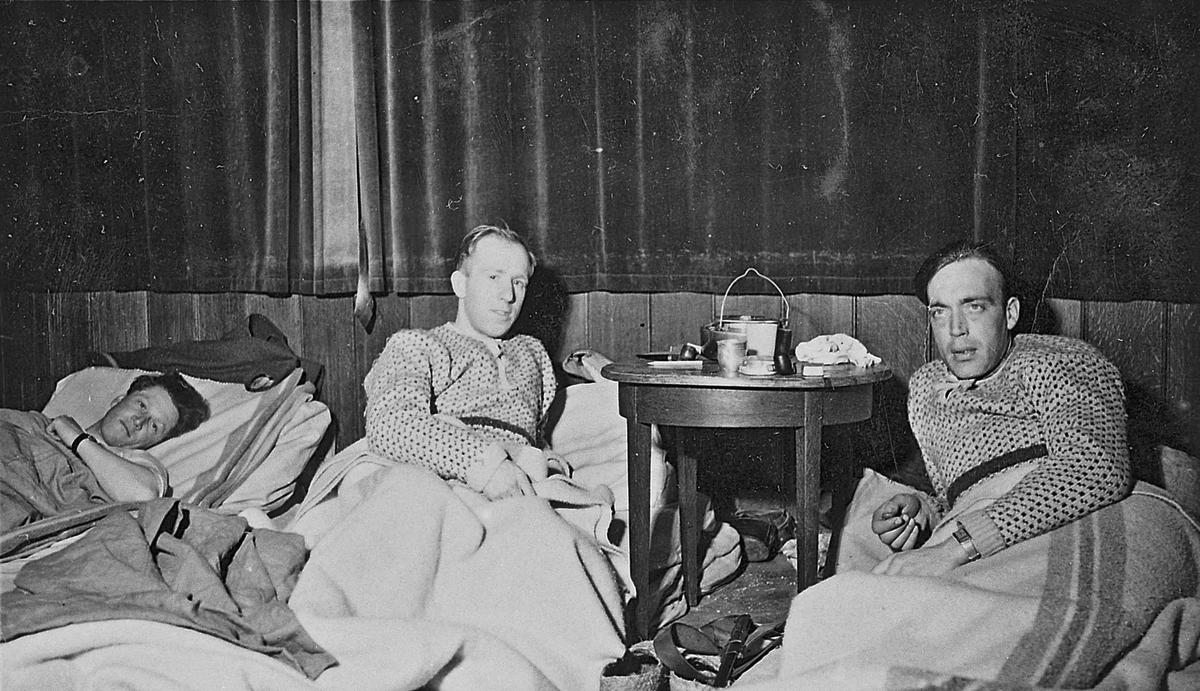 """Eidsvollinger på Nøytralitetsvakt på Sola. Mars 1940. """"Kveld på Sola, jeg og Anders Magnussen"""". Dette står skrevet bak på bildet. """"Jeg"""" er Kåre Ruud."""