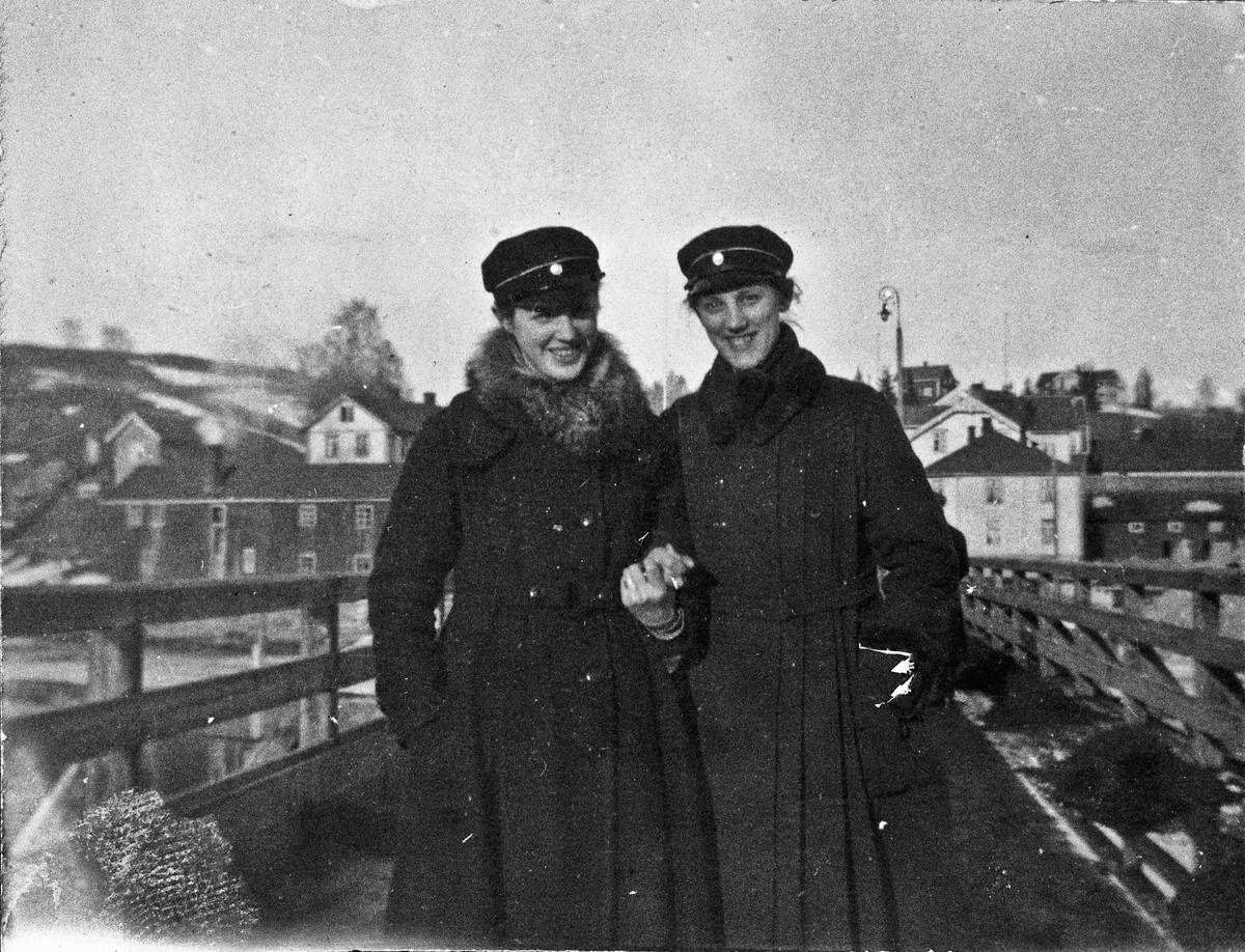 2 kvinner på den gamle Sundbrua.