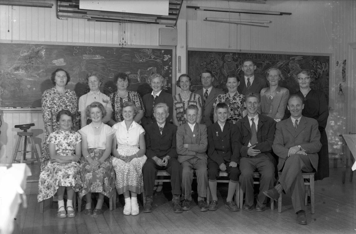 Eidsvoll Verk skole våren 1955. Avgangsklassen 7. kl., tatt ved skoleavslutningen. Barna sitter foran foreldrene. Helt til høyre : hr. og fru Malnes.  Foran fra venstre: Else Fredriksen, X, Anne-Marie Oskarsen, Odd Werner, Harald Korsmo, Kjell Rosland, Sverre Vågseter.