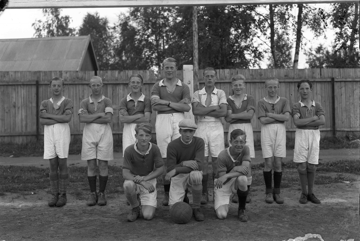 Bøn Fotballklubb, kretsmestere i 1938. Fra v. bak: Odd Bjerke, Arne Lauritsen, Bjørn Pettersen, Sverre Borgersen, Finn Strand, Bjørn Tyskerud, Willy Sørensen og Oskar Edvardsen. Foran: