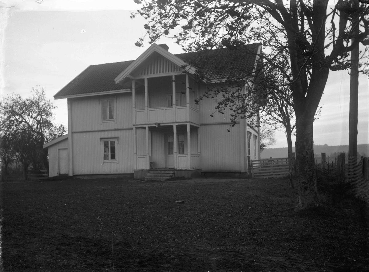 Hus. 12.04.2013: Dette er fra Kommisrud gård (Søstun) i Eidsvoll. Fotografering ca 1915. Skrevet av: Trond Gundersen