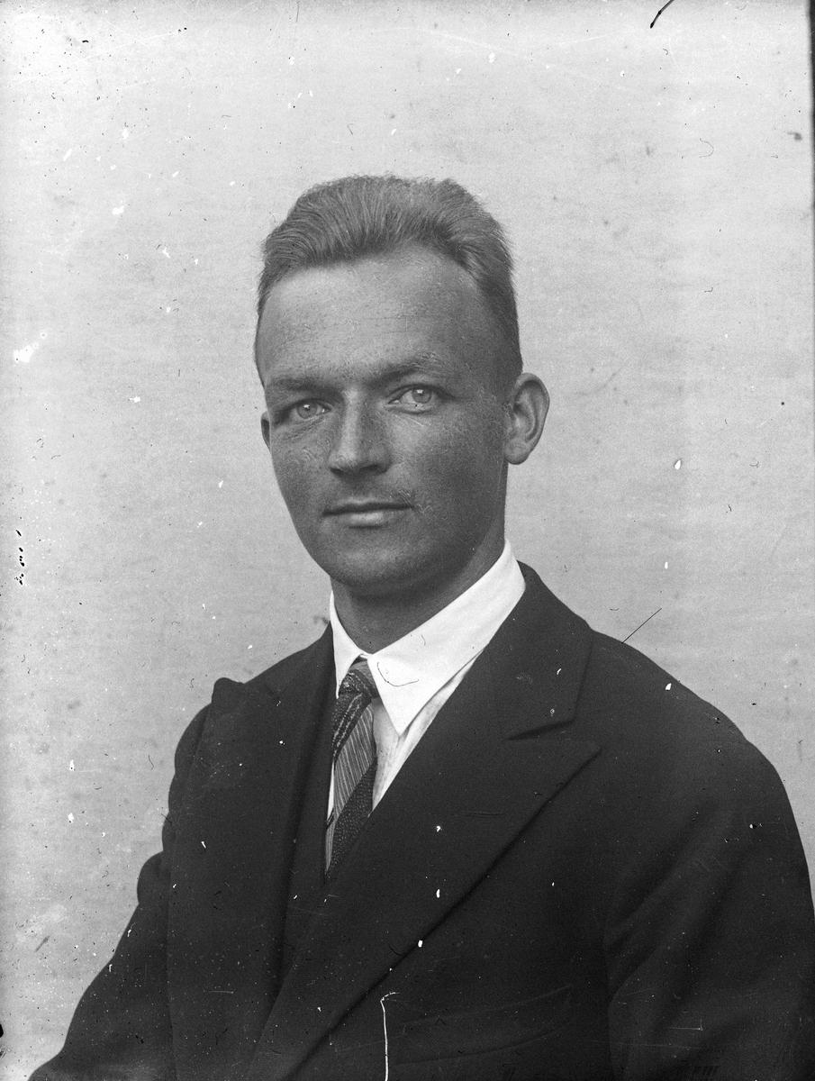 Portrett. Mann. Olav Østerud, Hurdal. Lærer