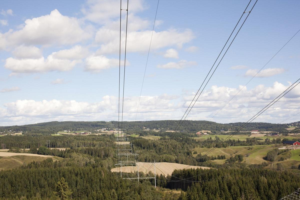 Høyspentmaster i Akershus. Høyspentmaster mellom Nygård og Holum øst for Gjelleråsen i Nittedal kommune. Motivet er tatt mot nord.