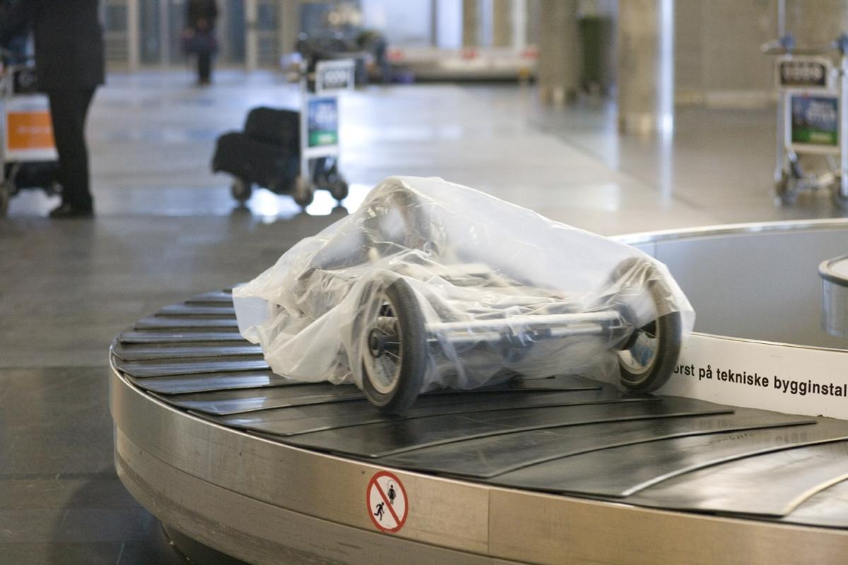 Vesker. Bagasjeutlevering innland. Innpakket barnevogn på bagasjebåndet. Fotodokumentasjon i forbindelse med dokumentasjonsprosjekt - Veskeprosjektet 2006 - ved Akershusmuseet/Ullensaker Museum.