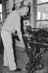 Svartdahl Bruk Bærepinneproduksjon. Demonstrasjon av maskin