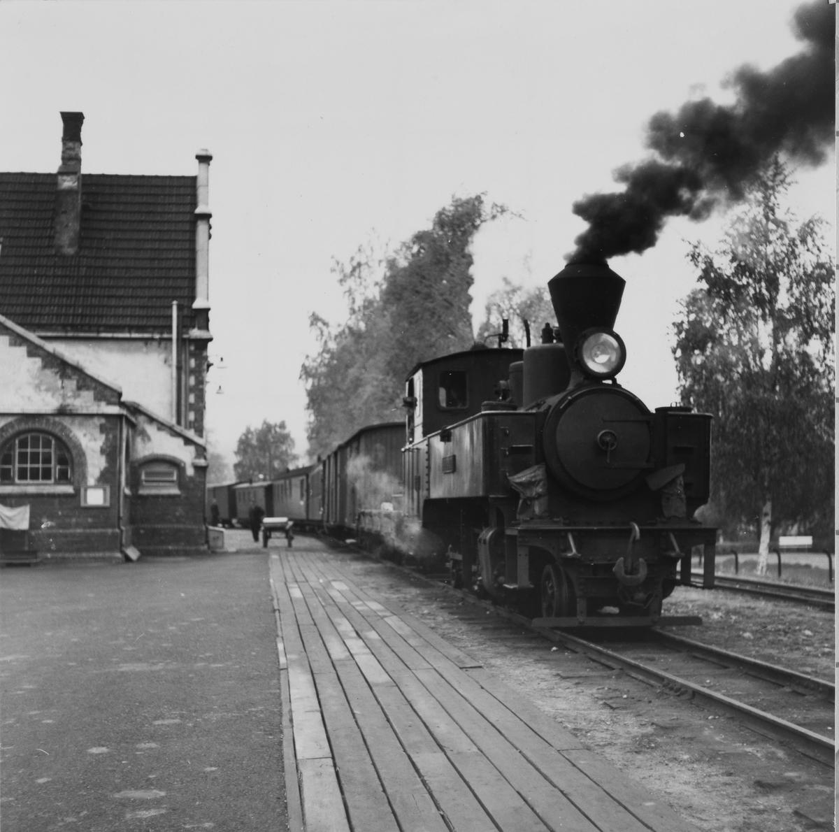 Tog til Skulerud står klar til avgang fra Sørumsand stasjon.