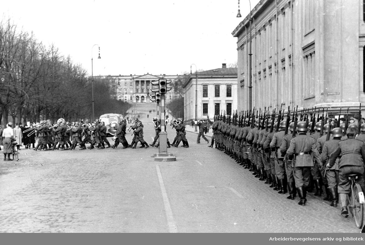 9. april 1940..Tyske tropper marsjerer opp Karl Johans gate ved Universitetet med hornmusikk i spissen.