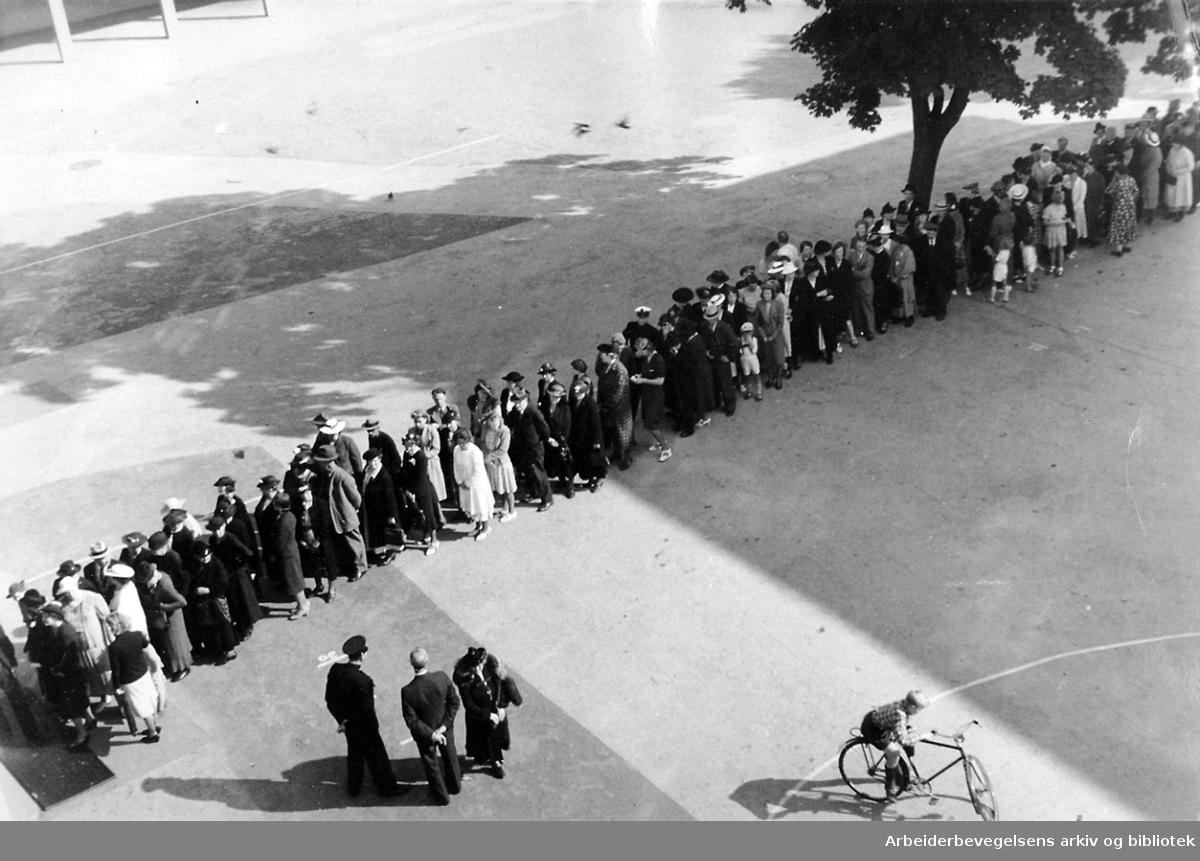 Rasjoneringskø på Møllergata Skole, .september 1939.